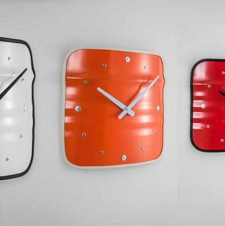 Wanduhr im Industriedesign Möbel aus Ölfässern