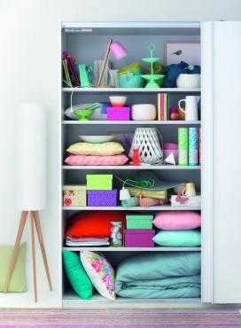 4 Gründe, warum ins Wohnzimmer ein Kleiderschrank gehört