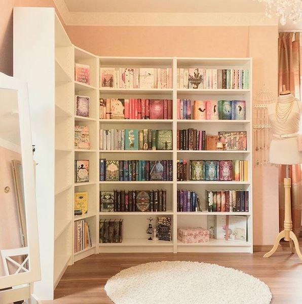 Bücherregal dekorieren aufräumen